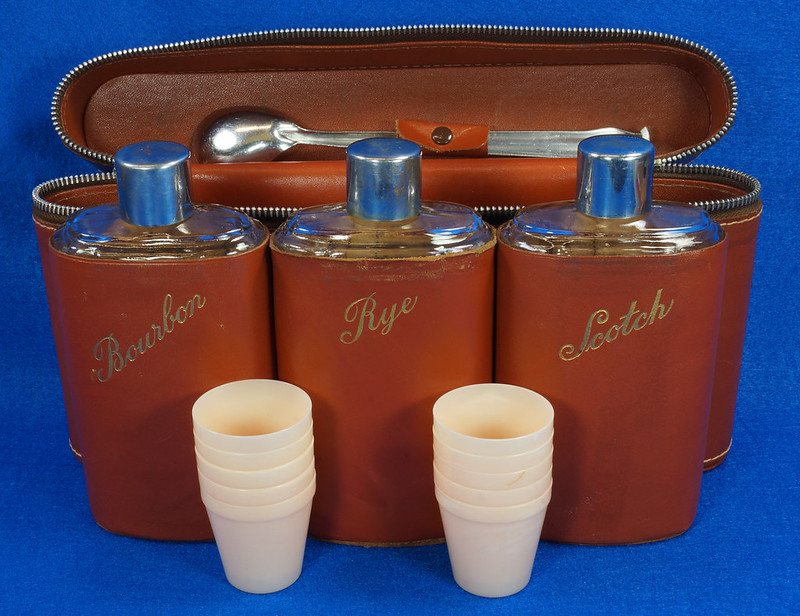 RD14514 Vintage Travel Bar Set in Leather Case with 3 Leather Wrapped Glass Flasks DSC06193