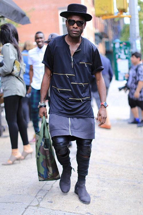 黒ジップヘンリーネックTシャツ×黒レザーパンツ×グレーブーツ