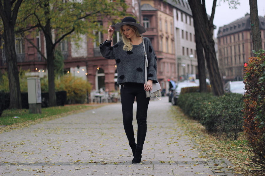 outfit blogger fashion girl woman hat hut grey black autumn look chloe crossbody dots