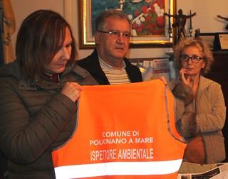 La dott.ssa Maria Centrone mostra la pettorina che indosseranno gli ispettori
