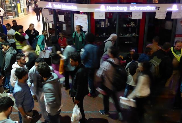 Momentaufnahme im Hauptbahnhof: Hamburg und die Flüchtlinge