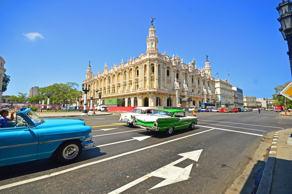 Gran Teatro de la Habana and cars stopped