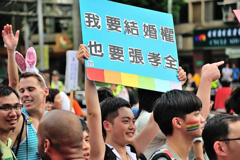 小白擔任GayChat 社長時,與社員拿自製看版參與遊行。圖/小白提供