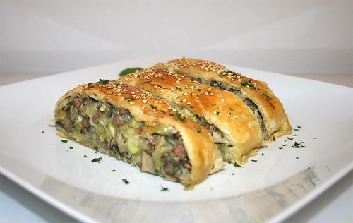 49 - Savoury zucchini strudel - Side view 2 / Herzhafter Zucchini-Strudel - Seitenansicht 2
