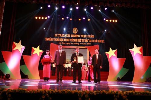 Đại diện công ty Đông Tây lên nhận giải thưởng