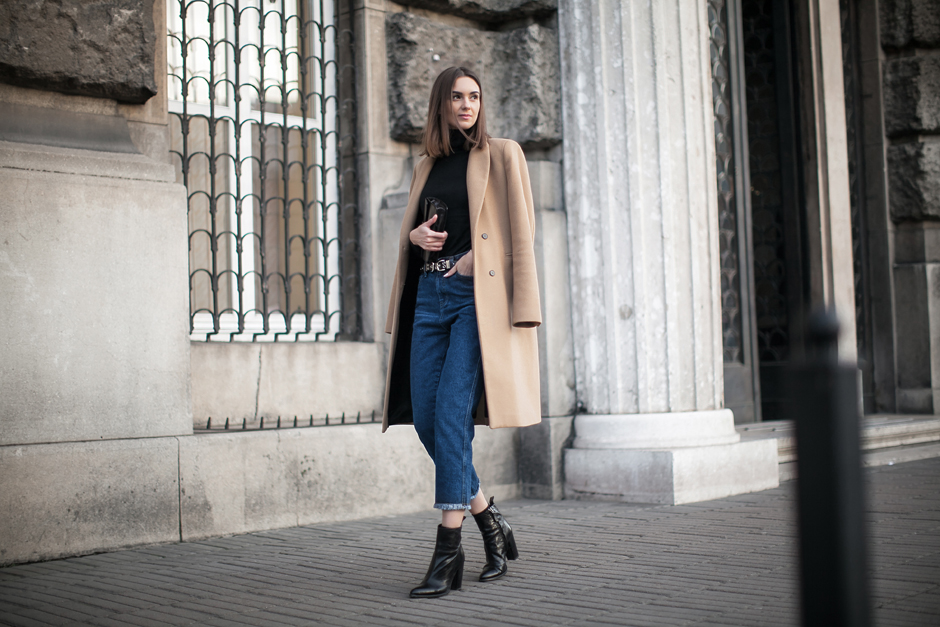 camel-coat-jeans-outfit-street-style