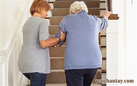 Run chân khiến người bệnh khó khăn hơn trong việc đi lại