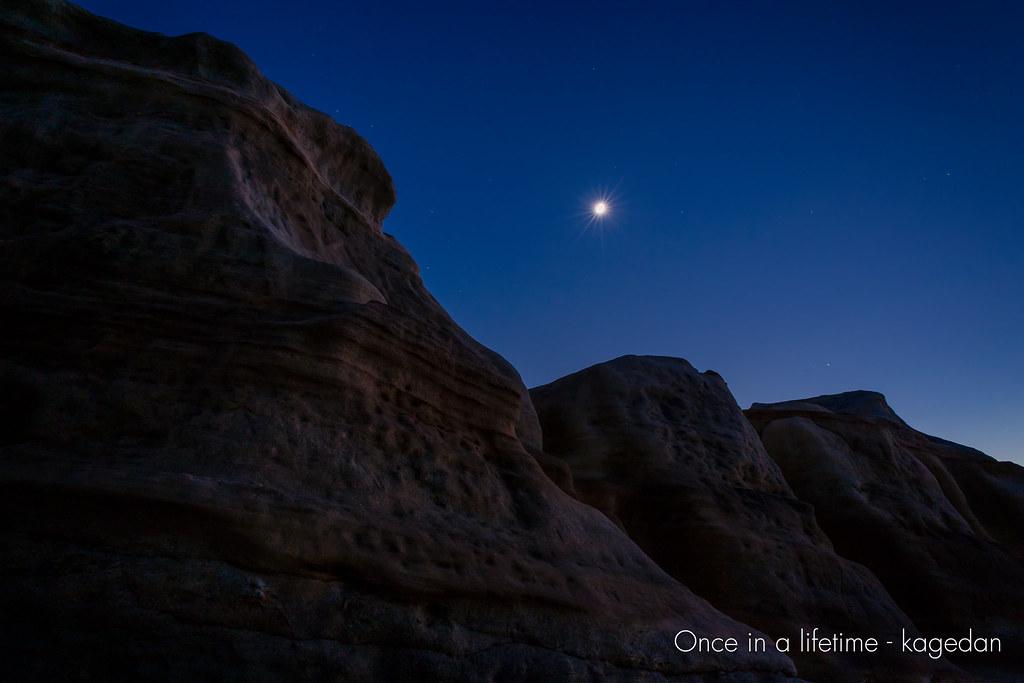 月明かりの岩肌