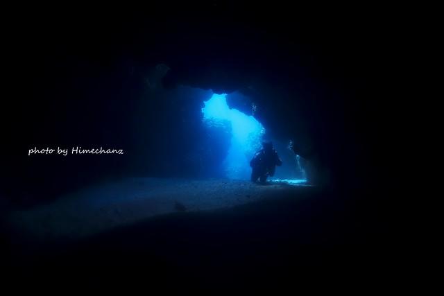 洞窟は中から外をみると青さが際立って最高なのです。