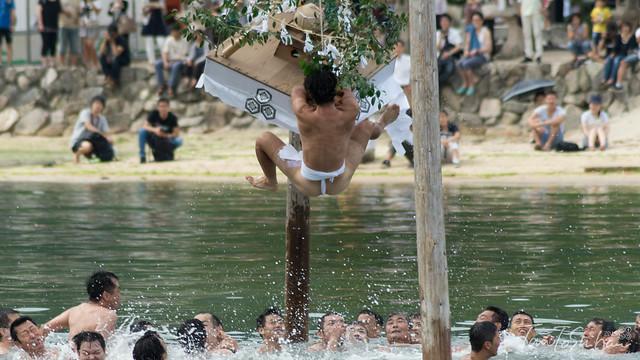 厳島神社 玉取祭 (Tamatori Festival)