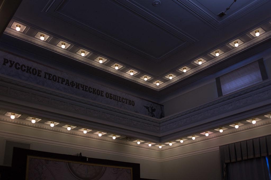 Балкон и потолок зал для лекций и собраний Число источников света обусловлено не только декоративными резонами, но и маломощностью ламп на момент постройки здания, которая и компенсировалось количеством. russian geographical society, рго, репин, русское географическое общество