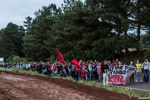 Cerca de 800 jovens marcharam até a Área 10, na antiga Fazenda Annoni.jpg