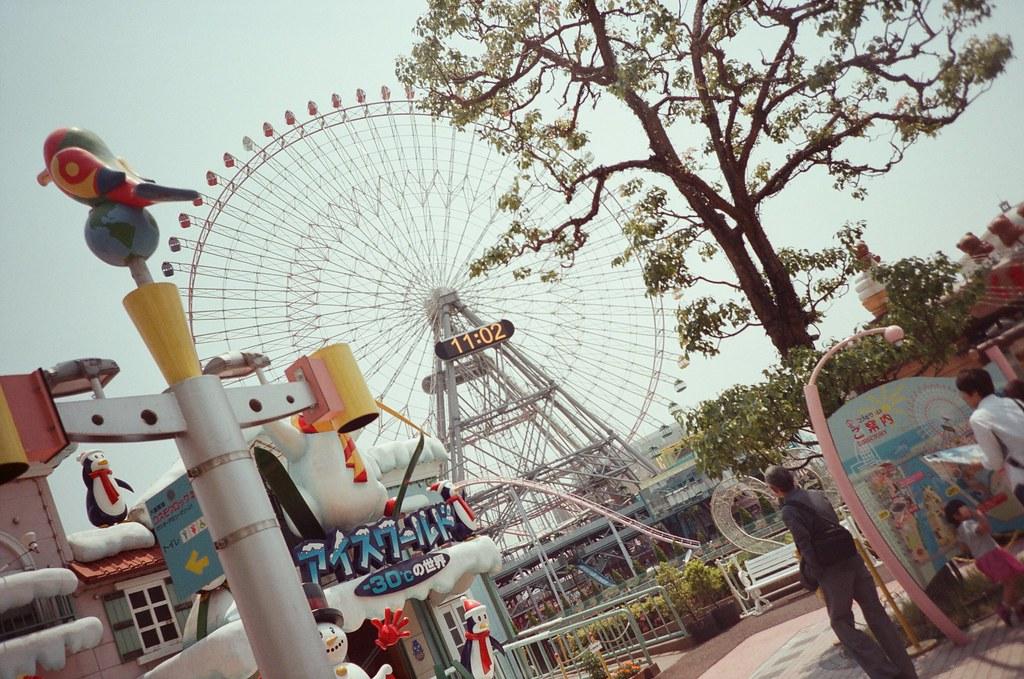 橫濱 Yokohama, Japan / Fujifilm 500D 8592 / Lomo LC-A+ 橫濱遊樂園,他是在對面,中間隔著一條河。  故意有注意到時間,但是錯過了想要表現的時段。  那時候是五月底的時候,我竟然已經在思考半年後的事情。  但也還好啦,時間過的很快,不需要太過思索什麼,時間就自然的把你帶過來這裡。  Lomo LC-A+ Fujifilm 500D 8592 7394-0019 2016-05-21 Photo by Toomore