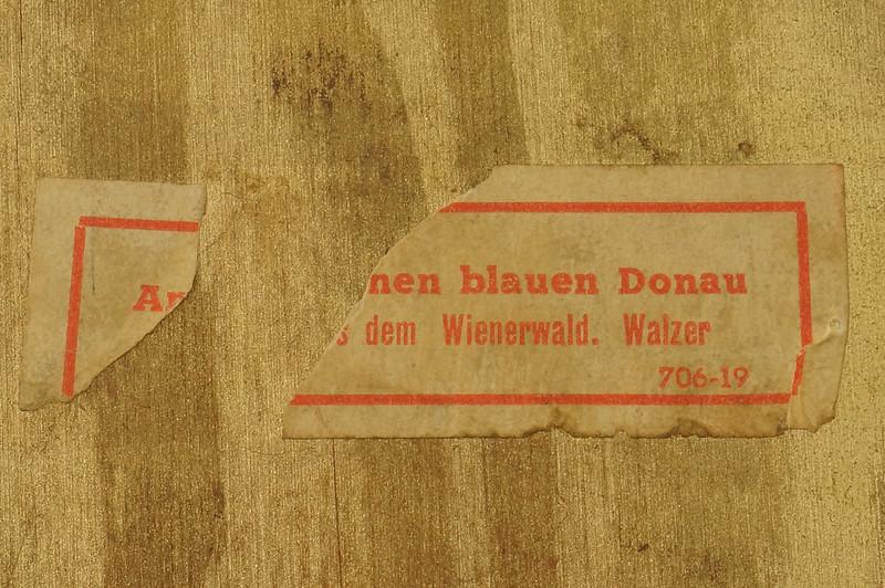 RD15027 Vintage Wind Up Music Powder Trinket Box Dutch Boy Round Aluminum DSC06804