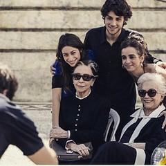 A família Teresa/Stella/ Laís e Rafa com a diretora Maria de Médicis... eles vão deixar saudade... #AplausoBlogAuroradeCinemaparaBabilônia #Babilônia #Projac #TVGlobo #bastidores #novelas #globo50anos #novelasdas21 #PlimPlim #GilbertoBraga #ChaySuede #Nat