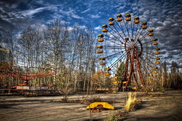 <strong>Thành phố ma Pripyat, </strong>Ukraine. Được lập ra vào năm 1970, đến khi xảy ra thảm họa hạt nhân Chernobyl, nơi đây bị bỏ hoang hoàn toàn. Đến đây lúc này, bạn sẽ thấy sự lạnh lẽo, chết chóc và hoàn toàn không có bóng dáng sự sống.