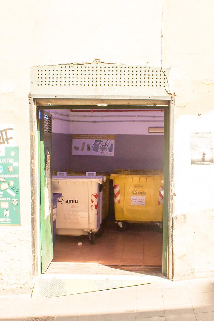 Генуя - А там в этом районе ставят мусорные баки - внутри.