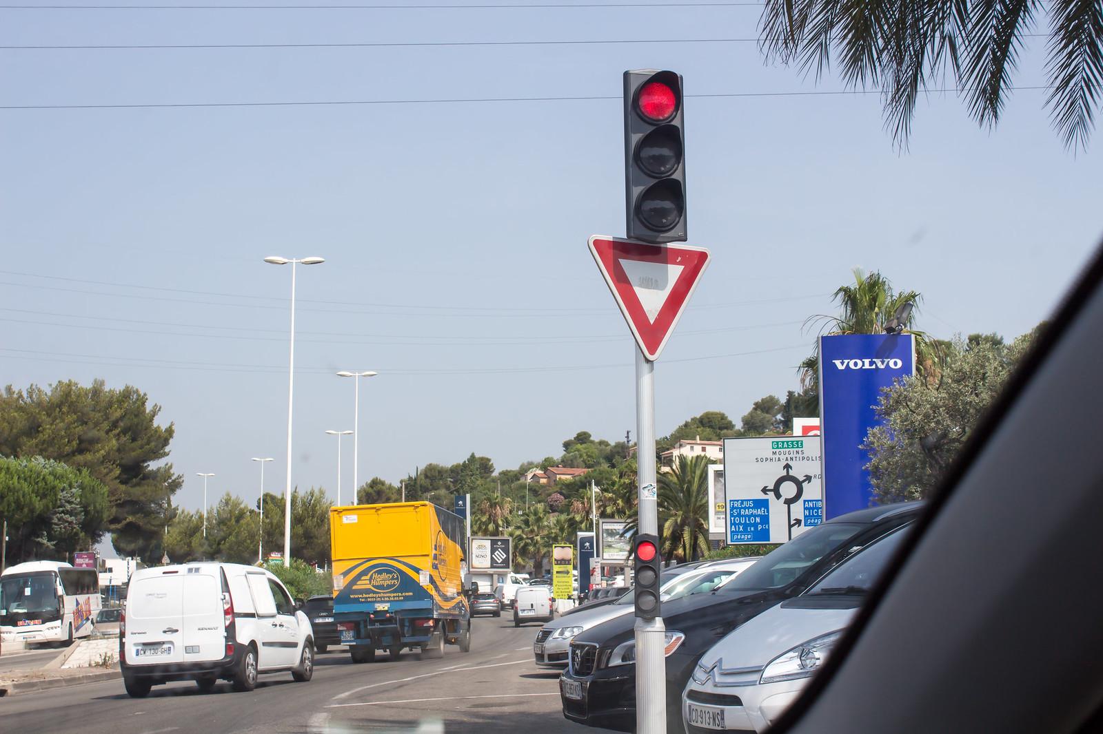 14. Но начнем более по порядку. Это был наш первый французский город, и сразу нам бросились в глаза эти маленькие светофоры. Стоя на первом ряду, они очень сильно выручают: