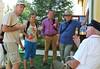 Peter Trendler erläutert den Besuchern aus Deutschland die Migrationsrouten der Billeder Störche