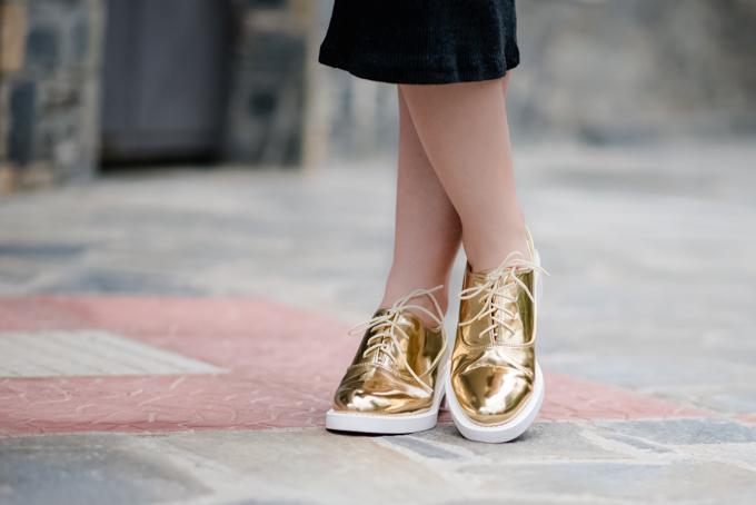 knit-dress-golden-shoes (5)