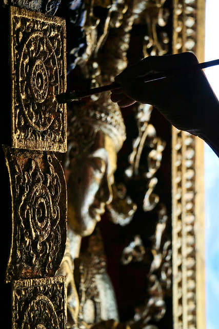 Repairing carvings in Wat Xieng Thong, Luang Prabang, laos ルアンパバーン、ワット・シェントーン、彫刻の修復作業