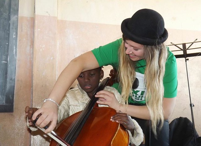Lokakuun 2015 työpajoissa opittiin eri soittimista ja musiikista, mutta myös Suomesta ja Sibeliuksesta. Kuvassa Mila Laine antaa sello-opetusta maputolaiselle pojalle.