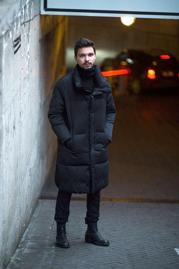 黒ロングダウンジャケット×黒タートルネックセーター×黒パンツ×黒ブーツ
