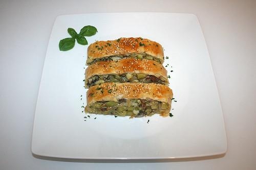 47 - Savoury zucchini strudel - Cut & served / Herzhafter Zucchini-Strudel - Geschnitten & serviert