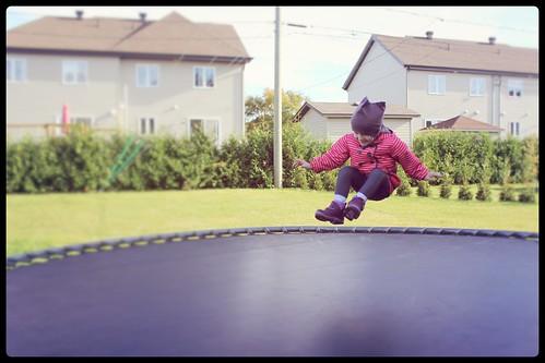Bébé Fille sur trampoline