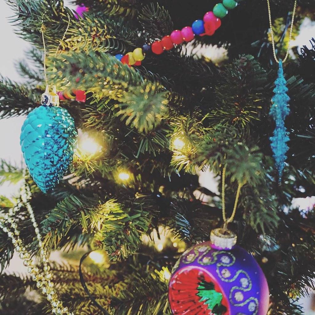 Het wordt weer een kleurrijke kerst dit jaar 😊 #kerstboom #kerst