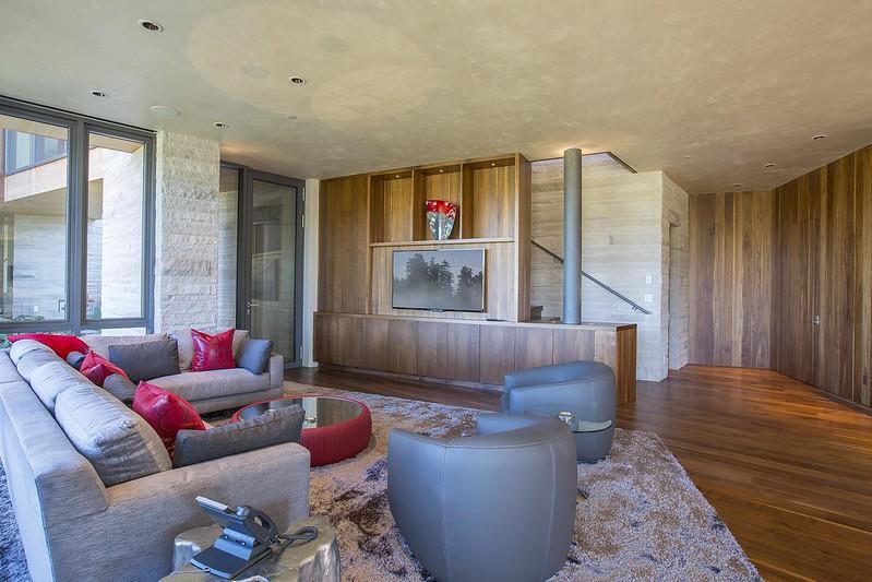 Дизайн комнаты с телевизором и диваном