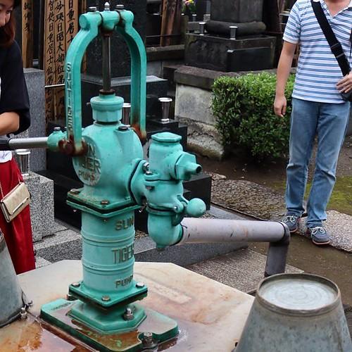 お寺の敷地内によく井戸があるのは、お墓まいりの人が使えるように。
