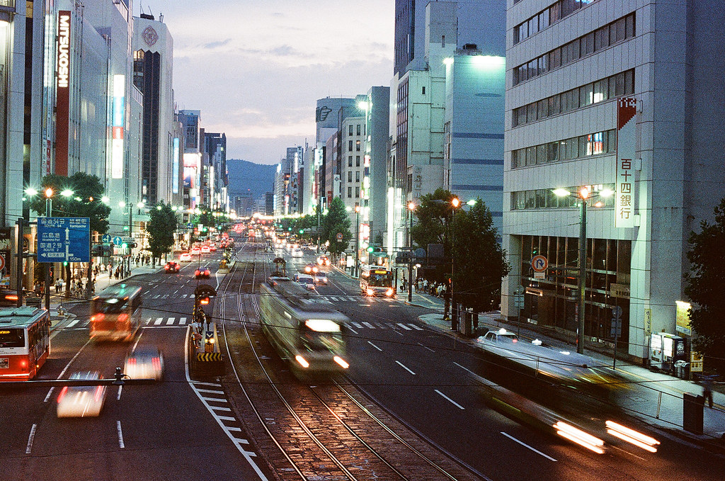 胡町 銀山町 天橋 路面電車 広島 Hiroshima 2015/08/30 再往旁邊一點拍攝,讓轉彎弧度更大。  Nikon FM2 / 50mm Kodak UltraMax ISO400 Photo by Toomore