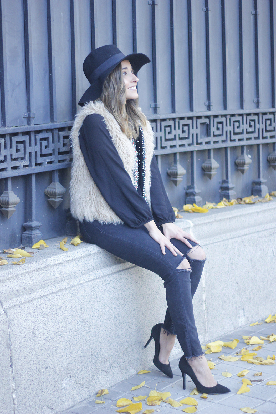 Faux Fur Vest Black Ripped Jeans Outfit04
