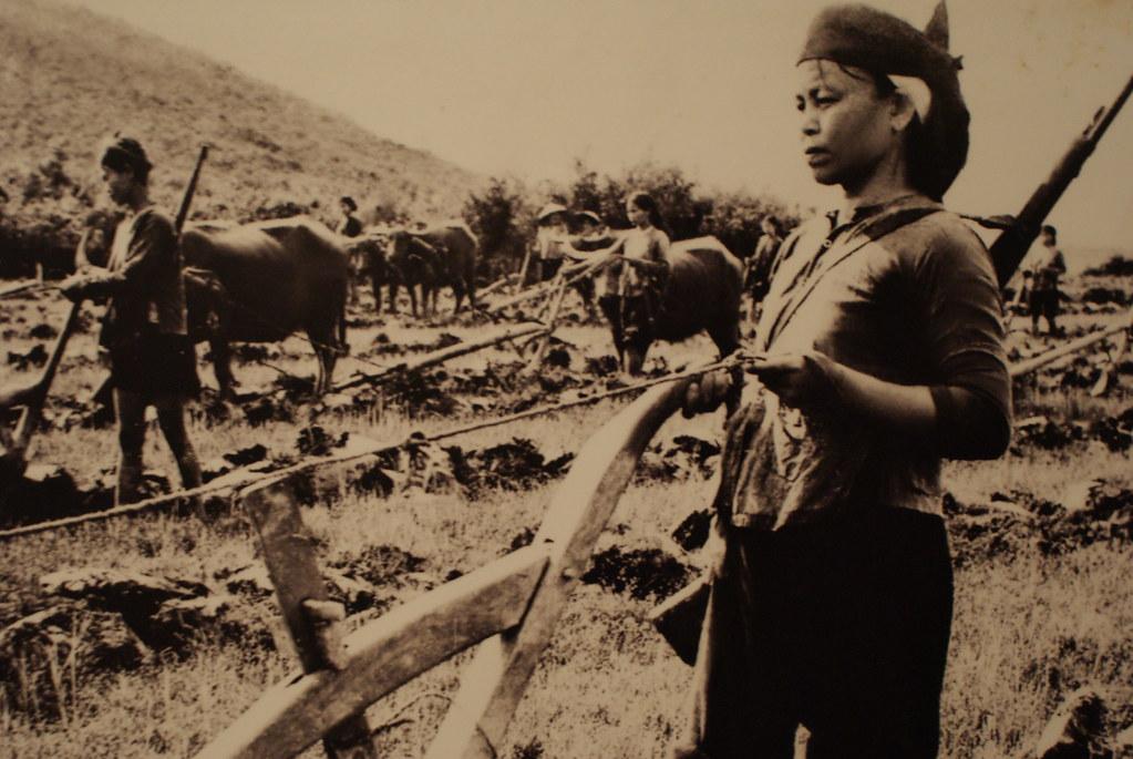 Au champs fusil à l'épaule, portrait de résistante vietnamienne - Musée de la femme d'Hanoi.