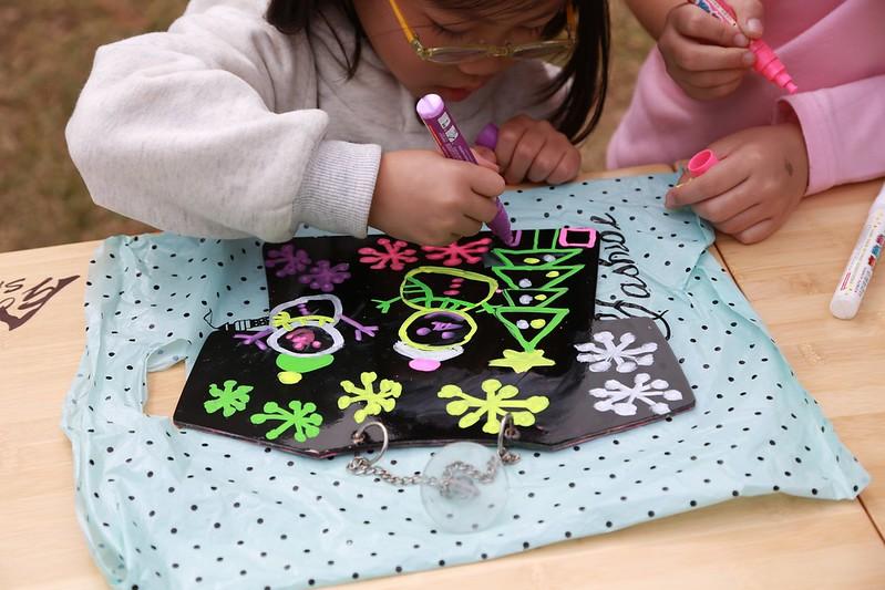 小姊姊在教寶妹畫畫