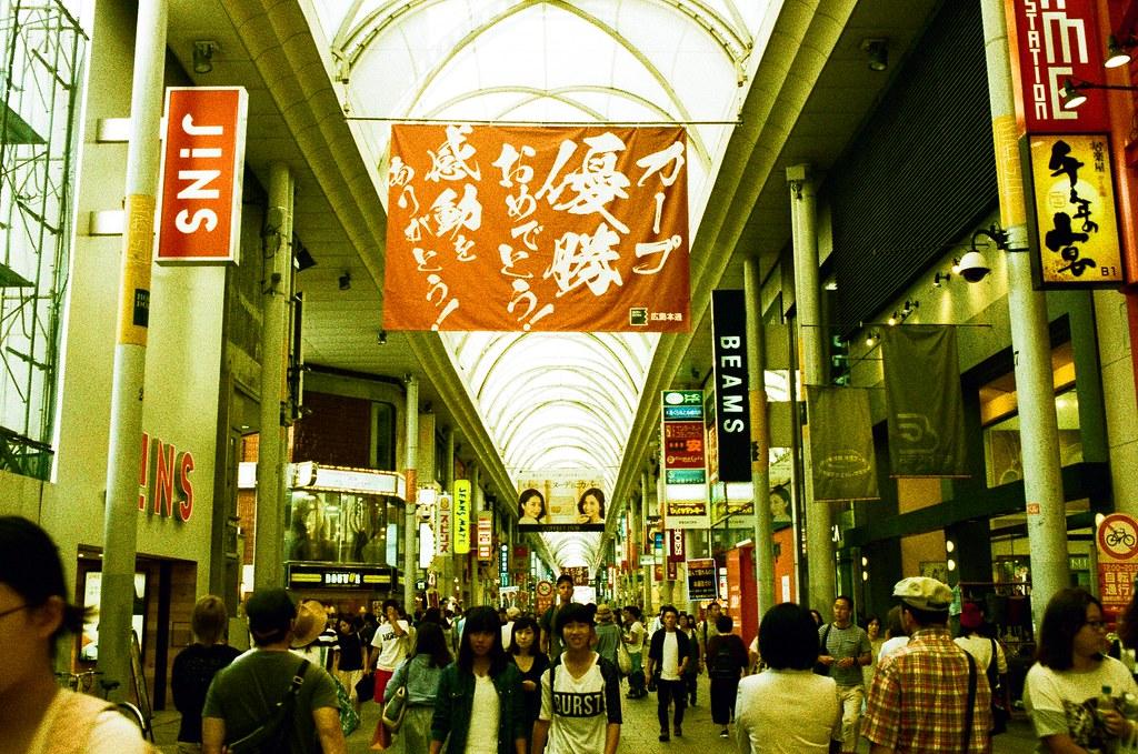広島 Hiroshima, Japan / Lomography Slide, XPro / Nikon FM2 第二次來到廣島,剛好前幾週廣島東洋鯉魚隊拿到總冠軍,整個城市都在狂賀中!  住在這個商店街附近,每天出門都會經過這裡,看到大大的旗面!  Nikon FM2 Nikon AI AF Nikkor 35mm F/2D Lomography Slide / XPro 200 ISO 35mm 4942-0030 2016/09/25 Photo by Toomore