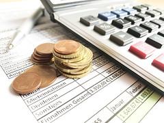 Geld vor Taschenrechner in Buchhaltung