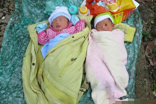 Xót xa hai bé sơ sinh bị bỏ rơi trên một chiếc áo mưa nhàu nát