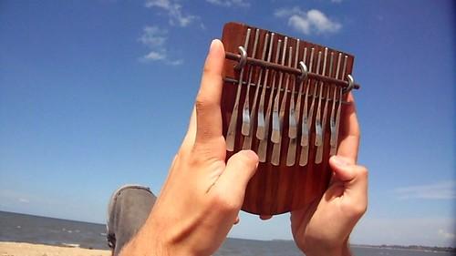 Mbira-sormipianon soittoa voi harjoitella vaikka rannalla.