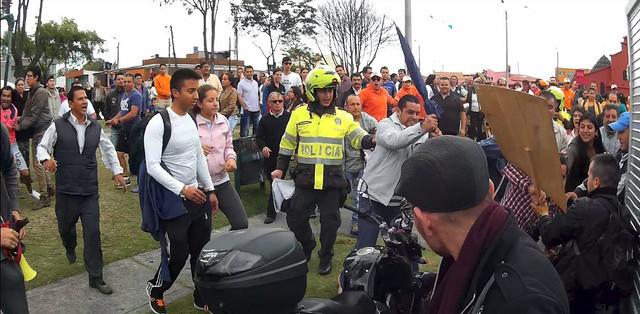 Turba católica contra manifestantes pacíficos