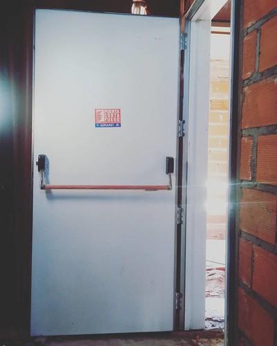 ROCA 1159. Colocando puertas RF60 en escaleras de incendio