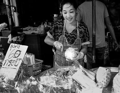 street food woman white black smile thailand blackwhite noir noiretblanc pineapple fujifilm rayong streetfood bnw xt1