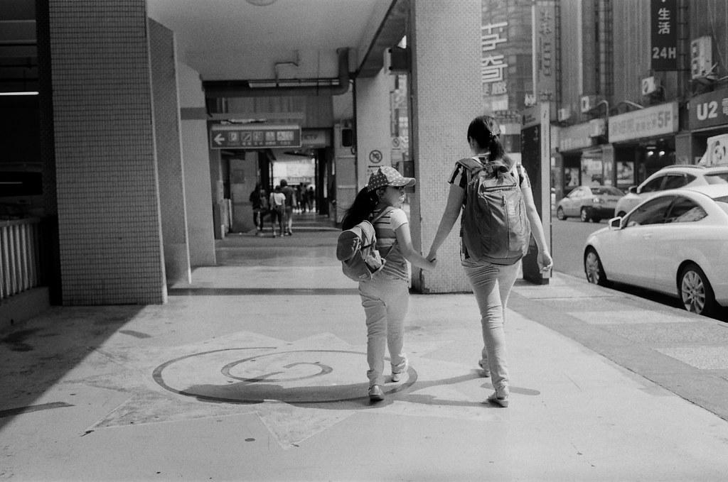 西門町 / Kodak 400TX / Nikon FM2 2015/11/07 裝了一捲黑白底片到西門町拍攝,西門町很多地方都可以停下來等畫面。  在日本走走拍拍的時候,發現黑白拍起來畫面其實很強烈,可能是因為把顏色拿走了吧,所以剩下構圖來傳達畫面的意思就變得比較直接一點吧!  總之,回來台灣後,保持像在旅行時的好奇感繼續拍照!  Nikon FM2 Nikon AI AF Nikkor 35mm F/2D Kodak TRI-X 400 / 400TX 2940-0010 Photo by Toomore