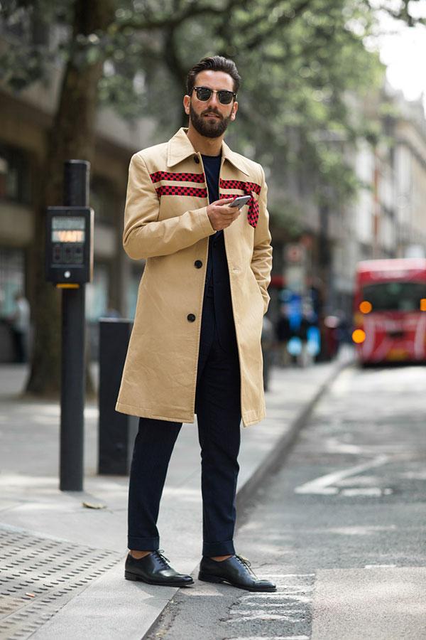 ベージュステンカラーコート×紺スーツ×紺Tシャツ×黒オックスフォードシューズ