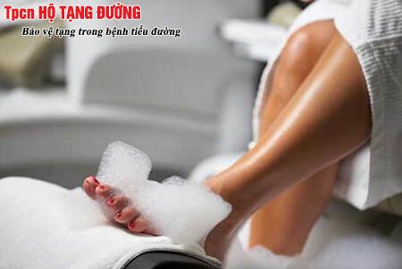 Người bệnh tiểu đường chú ý chăm sóc bàn chân bằng nước ấm
