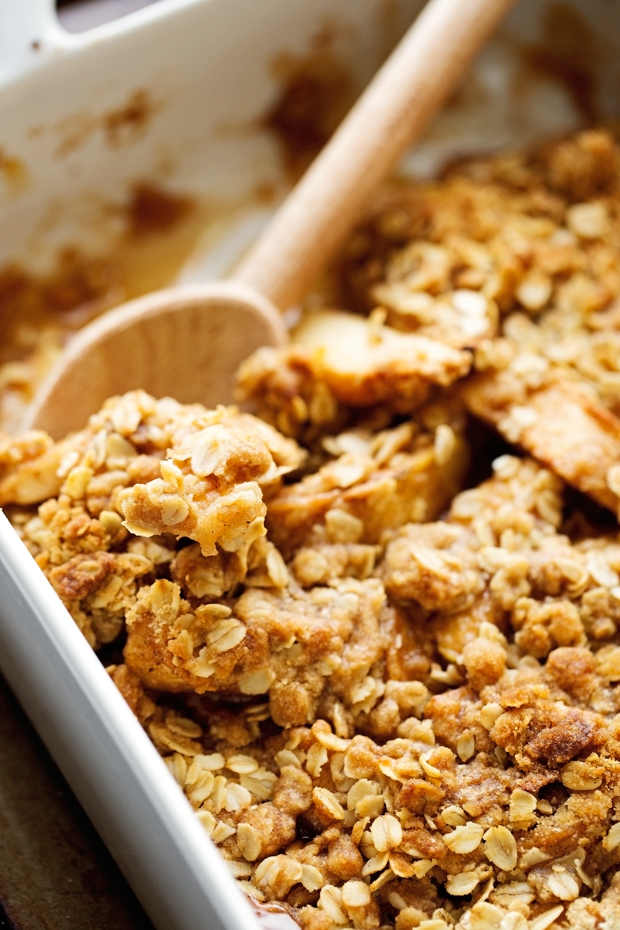 Warm Vanilla Apple Crisp with Salted Caramel Sauce - An easy alternative to baking an apple pie! Topped with a buttery oat topping, it is so good! #applepie #applecrumble #applecrisp #saltedcaramelsauce | Littlespicejar.com @littlepsicejar