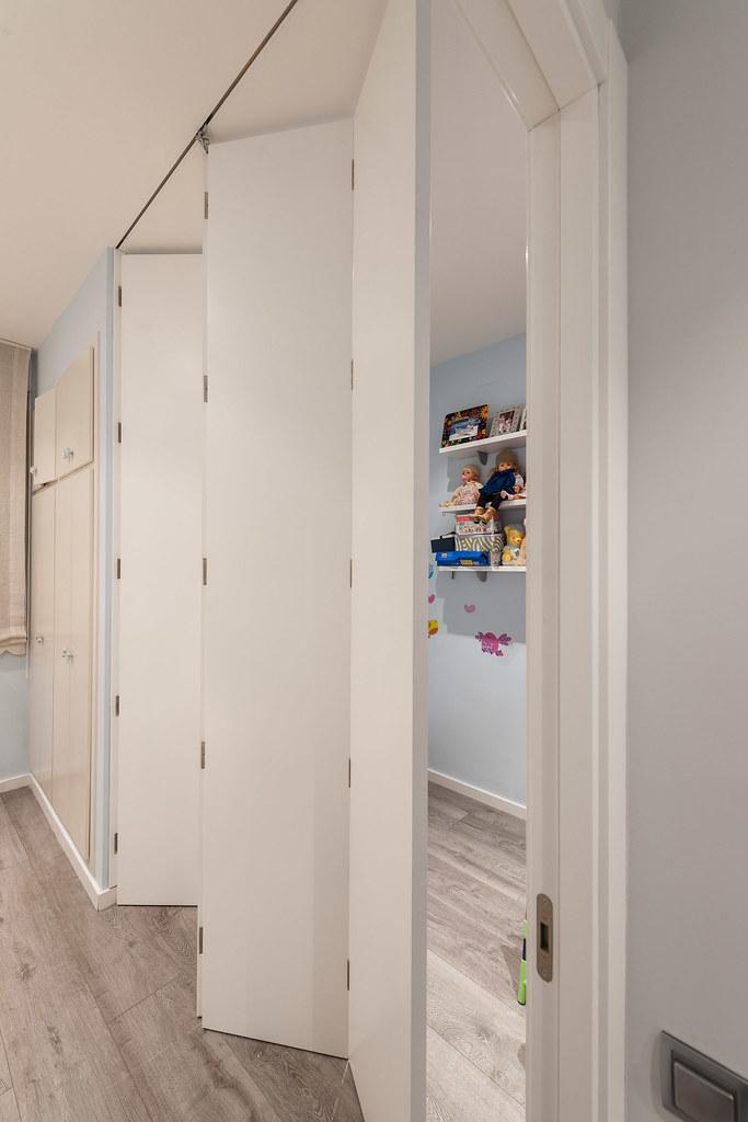 Puerta desplegable semicerrada en habitación infantil | Standal