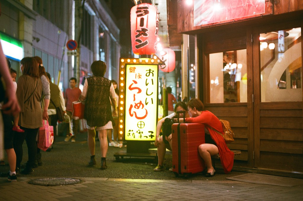 道頓崛 大阪 Osaka 2015/09/22 蹲在路邊,很豪邁的姿勢!  Nikon FM2 Nikon AI Nikkor 50mm f/1.4S AGFA VISTAPlus ISO400 0946-0008 Photo by Toomore