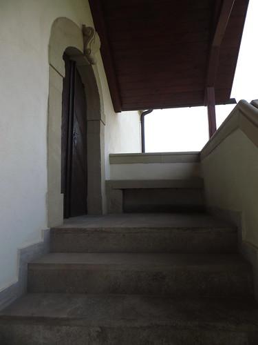 20150804 04 226 Romea Gülchsheim Kirche Tür Treppe Bank